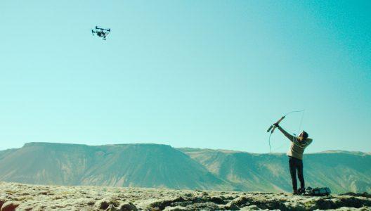 ISLANDSK FILMUKE: KVINNE PÅ KRIGSSTIEN (FORFILM: CHUMS)